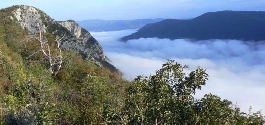 greben Sabotina se dviga nad Sočo, skrito v jutranji megli