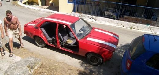 Morda kje drugje takle avto ne bi nikoli naredil tehničnega pregleda, ampak to je Grčija.