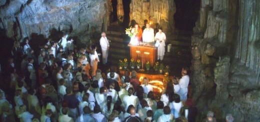 V Sveti jami se vsako leto srečajo častilci reinkarniranega sv. Socerba, psihokirurga Stephena Turoffa. Nnavaja, da je enega svojih prejšnjih življenj  živel na področju Slovenije kot puščavnik v podzemni jami. Leta 2006 je  prepoznal svoje zavetišče v Sveti jami. Na takratnem obisku se je fotoreporterju  revije Jana prikazala sv. Marija.