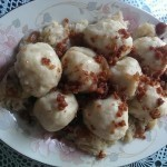 Krompirjevi cmoki s klobaso in zeljem